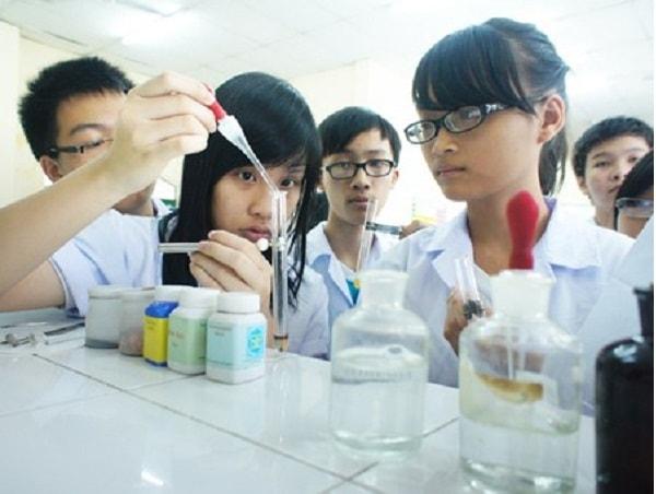 Tiến hành phản ứng hóa học trong phòng thí nghiệm