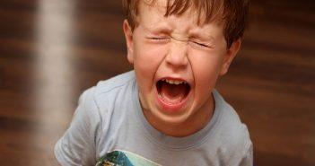 Cách xử trí khi trẻ ăn vạ đòi mua đồ chơi