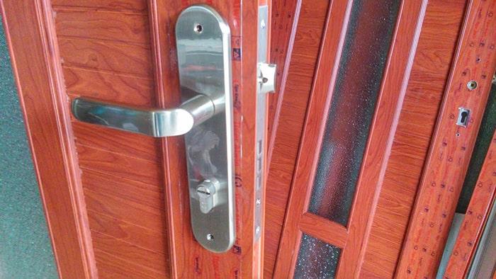 Hỏng khóa tay cầm cửa gỗ