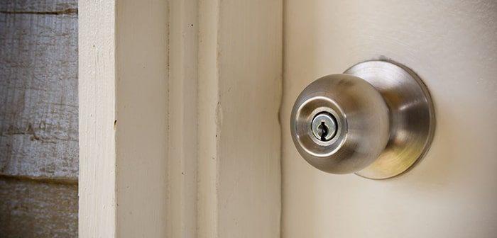Sửa khóa cửa gỗ tại nhà thường gặp phải khó khăn gì?