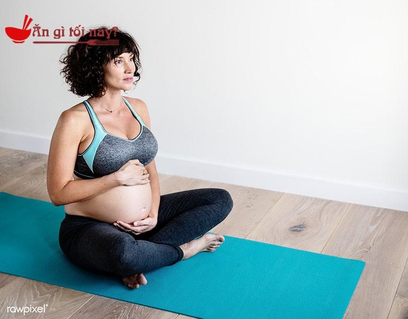 Bà bầu có thể tập yoga để thay đổi thói quen uống cafe