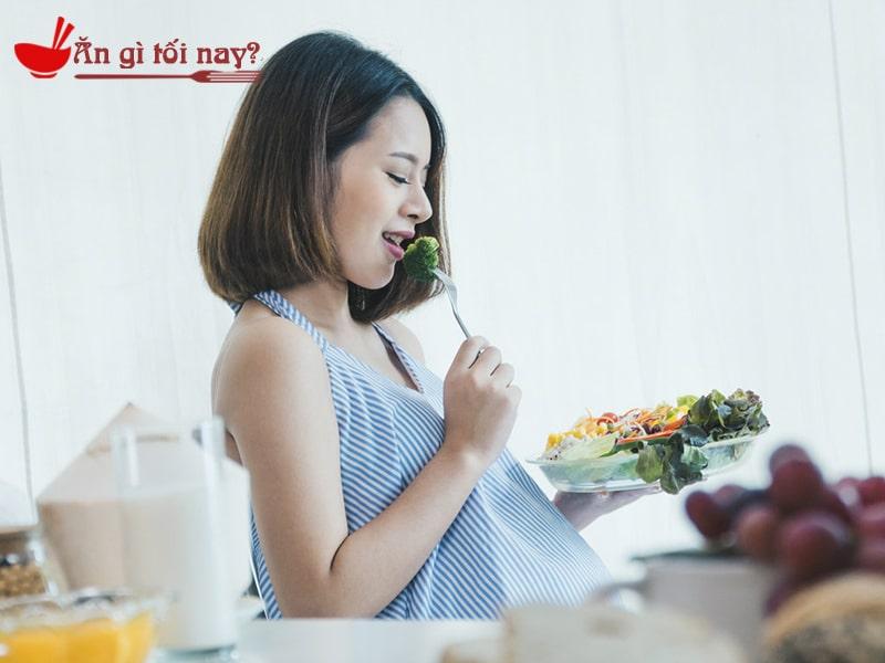 Ăn mì tôm kèm rau và thịt để hạn chế tác hại của mì tôm