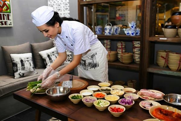 Hoa hậu Mai Phương Thúy tự tay chế biến thực phẩm
