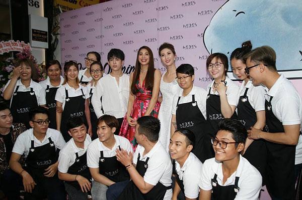Hoa Hậu Phạm Hương cùng nhân viên hôm ra mắt quán
